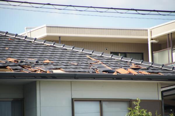 台風21号の被害 屋根がめくれ上がる2